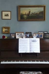 wingfield-college-living-room-piano